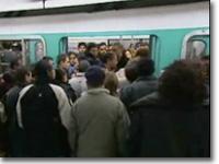 パリのメトロは小さいので混み方が半端じゃない。